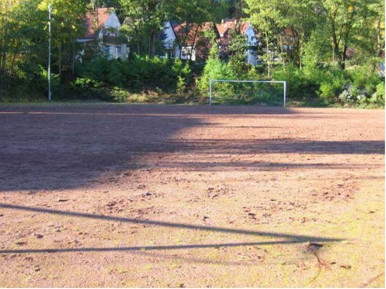 Hartplatz beim Stadion am Neding