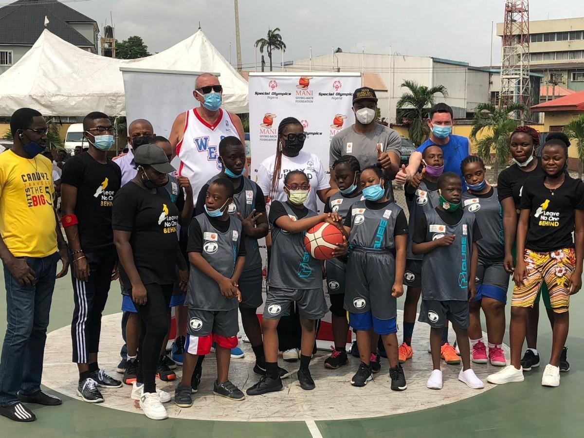 Marco Rock ft. T71: Iwwerreechung vun Trikoten am Nigeria (Special Olympics)