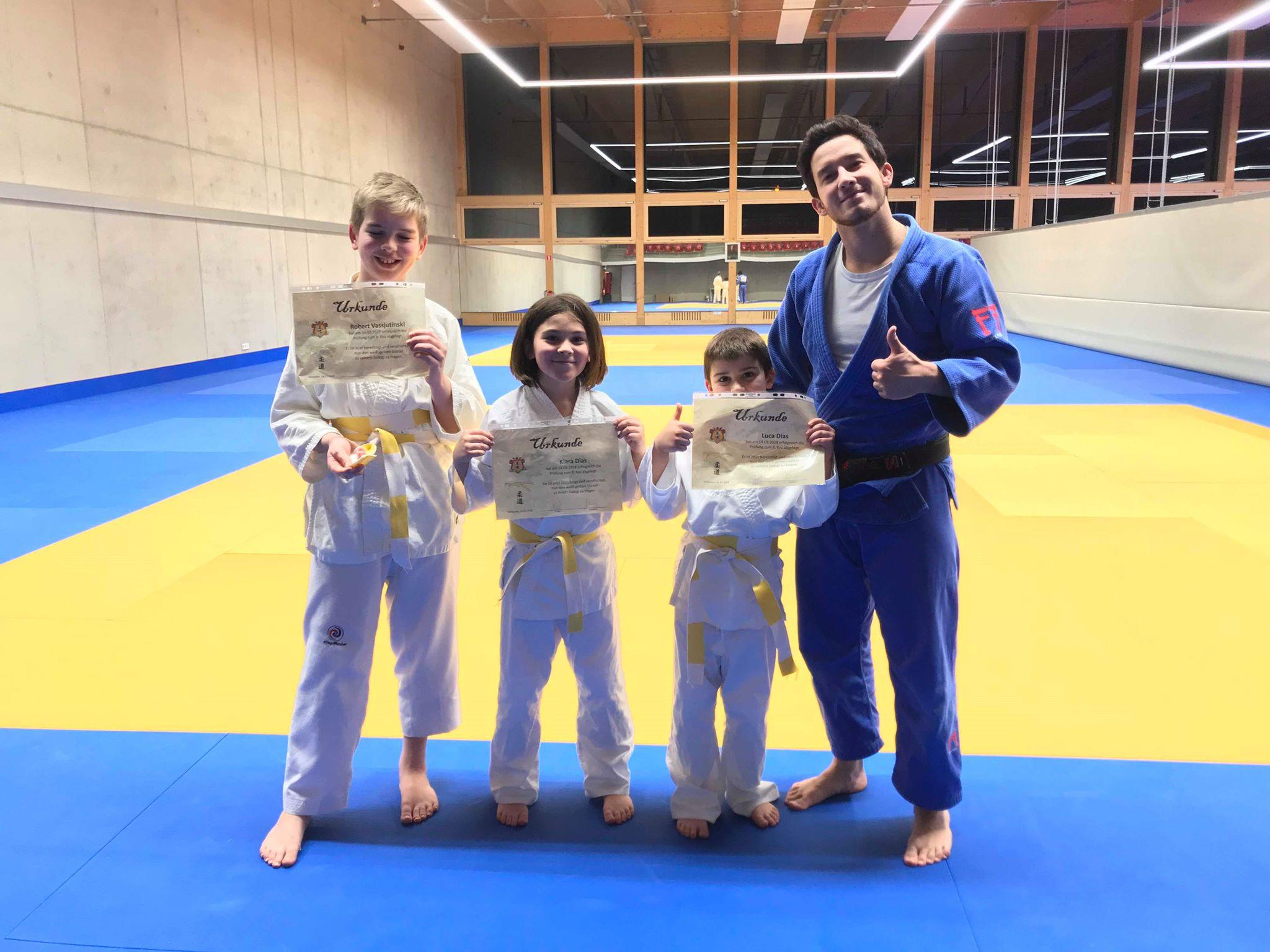 Drei neue Träger des weiß-gelben Gürtel im Judo Club Stroossen