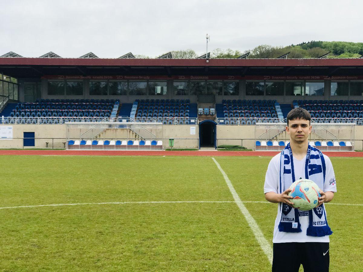 NEWS | Den Bryan ënnerschréift säin éischten kontrakt mam FC Etzella